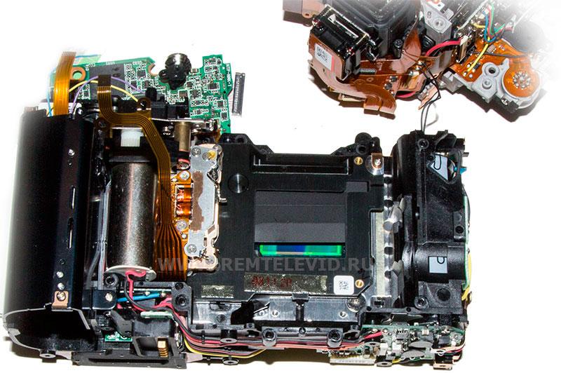 Фото одной из распространенных неисправностей в Nikon D300 - блок затвора со сломанной шторкой