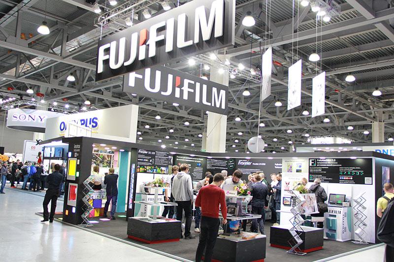 стенд фотоаппаратов и объективов Fujifilm на фотофоруме в Крокус-сити