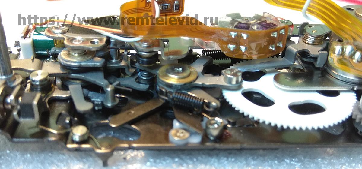 Положение деталей привода зеркала и механизм управления диафрагмой Nikon D4