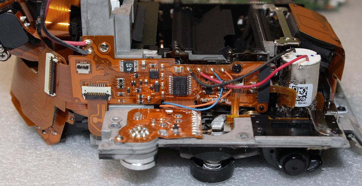 Шлейф с микройсхемой драйвера отверточного привода фокусировки и компонентами, распайка проводов