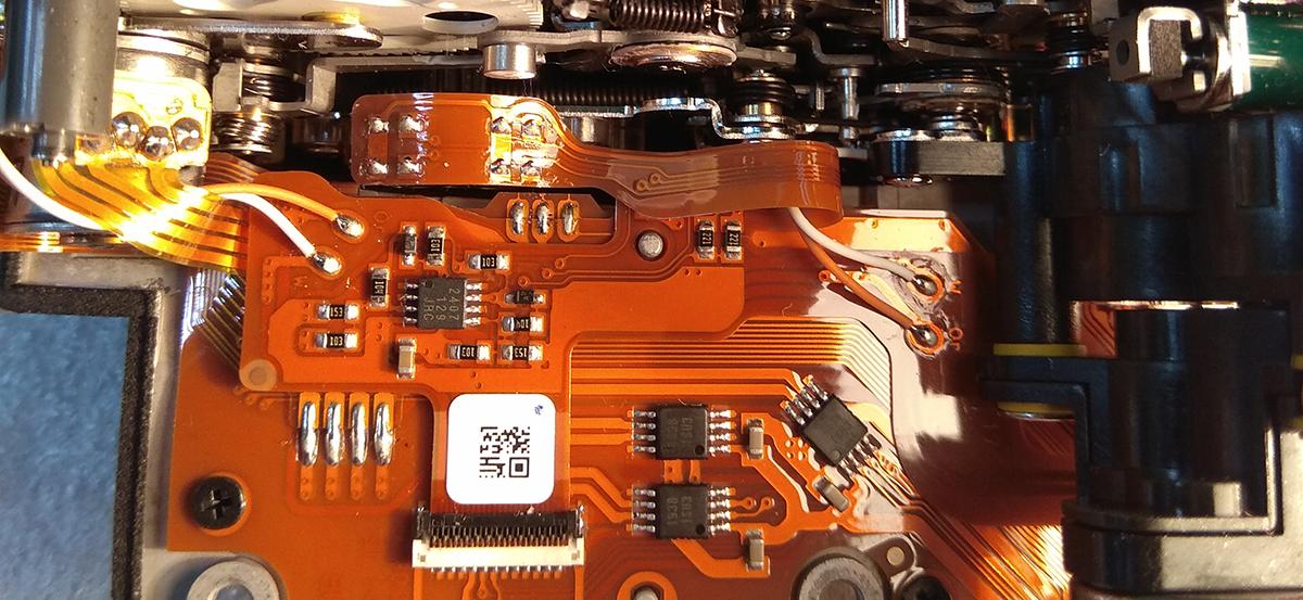 Шлейф с компонентами привода зеркала и механизм управления диафрагмой фотоаппарата Nikon D4