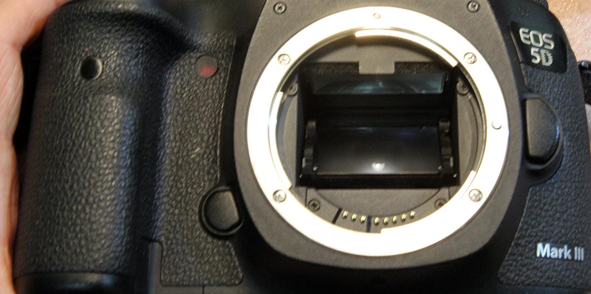 Подготовить камеру Canon EOS 5D Mark III к замене фокусировочного экрана.